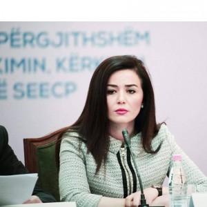 Deputetja shqiptare që shkon në xhami