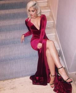 Bebe Rexha tej seksi me fustanin e kuq