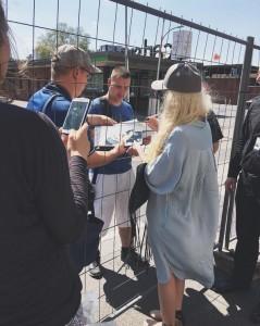 Era Istrefi duke dhënë autografe për fansat gjermanë