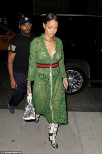 Rihanna ekspozon gjoksin