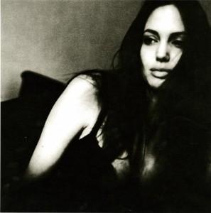 Brad Pitt publikon foto bardhë e zi të Angleina Jolie