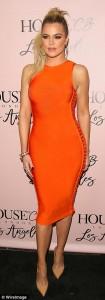 Khloe Kardashian shfaq linjat seksi