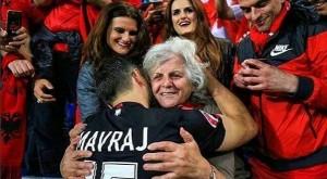 Moment i prekshëm: Mavraj përqafon nënën e tij pas fitores