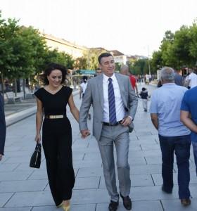 Kadri Veseli shëtit me gruan 'dorë për dore'