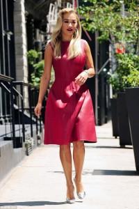 Rita Ora shkëlqen në të kuqe
