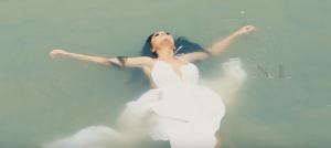 Zanfina ja dedikon këngen Monës