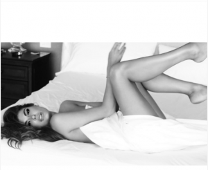Anxhela Martini nudo në shtrat
