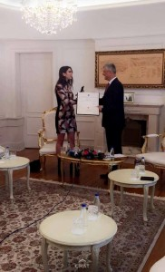 Presidenti Thaçi dekoron Dua Lipën me medalje, ajo lumturohet nga kjo