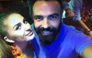 Eshref Durmishi i dhuron puthje Flaka Krelanit, në prani të dashurës së tij