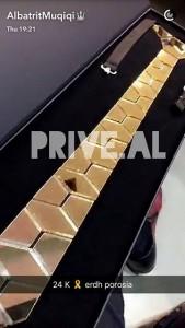 Albatrit Muqiçi me kravatë ari 24 karatë, çmimi marramendës