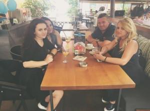 Safete Mustafa publikon foton e parë me vajzat dhe bashkëshortin e ri