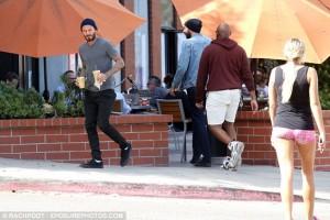 Shikoni si kjo bionde ia merr mend David Beckham