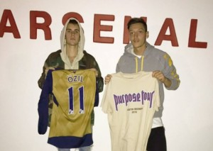 Justin Bieber kalon mbrëmjen me Mesut Ozil
