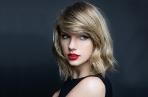 Taylor Swift i kthehet skenës