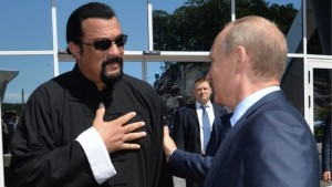 Vladimir Putin i jep shtetësinë ruse Steven Seagal