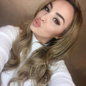 Adelian Berisha thuajse ditë për ditë po sjellë foto të reja për fansat.  Në foto e fundit që ka publikuar Adelina në faqen e saj në Instagram, fletë për bukurin e saj. Ajo është bërë aktive edhe në komunikimet me fansat e saj nëpër rrjetet sociale, të cilët vazhdimisht e komplimentojnë./gazetablic/