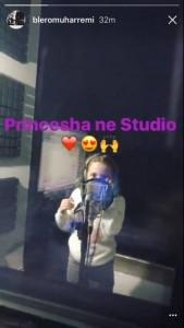 Tara në rrugën e babait, incizon këngën e saj të parë