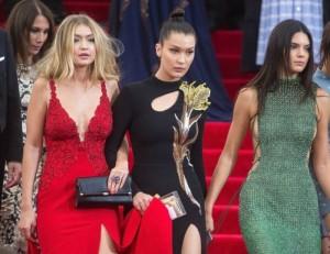 Gigi, Bella dhe Kendall ''tundin'' pasarelën në Paris