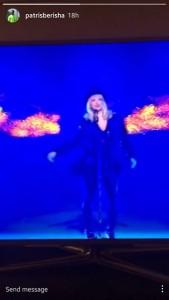 """Këngëtarja Altuna Sejdiu, dje është paraqitur në festivalin """"Kënga Magjike"""".  Ajo pas 10 vjetëve është kthyer në këtë festival me këngën """"Duam"""" , një baladë e cila po flitet se ja ka kushtuar fëmijës që po e pret.  Babai i fëmijës së saj, Patris Berisha, e ka ndjekur me shumë vemendje paraqitjen e saj, duke publikuar përformancen e saj edhe në """"Instastory"""", transmeton Magazina.  Duket se Patrisi është """"shkrirë"""" duke parë Tunën në TV teksa i këndon fëmijës së tyre që po e presin."""