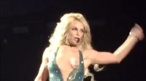 Britney Spears i del gjoksi në skenë