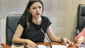 Bëhet nënë deputetja Albulena Haxhiu