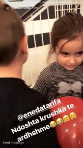 Ato janë dy nga këngëtaret më të njohura të vendit tonë.  Por gjatë ditës së sotme Jonida Maliqi dhe Eneda Tarifa janë takuar në të njëjtin kënd lojërash ku luajnë fëmijët e tyre.Në rrjete sociale ato kanë hedhur foto në të cilat vogëlushët e tyre janë shfaqur duke puthur së bashku. Ndoshta dy këngëtaret mund të bëhen krushka?