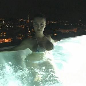Genta Ismajli me poza mjaft atraktive nga pishina