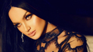 Samanta Karavella mahnitëse në fustan transparent