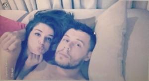Befason Valdrin Sahiti, publikon foto me të dashurën në shtrat