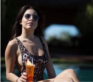 Armina Mevlani provokon me bikini