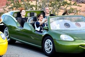 Selena Gomez kalon kohë në Disneyland